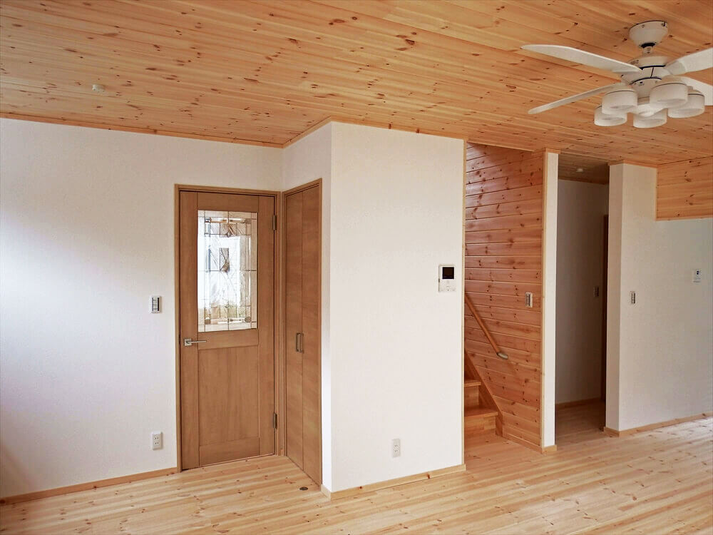 無垢材に囲まれた住宅のリビング|茨城県石岡市の注文住宅,エイ・ワン