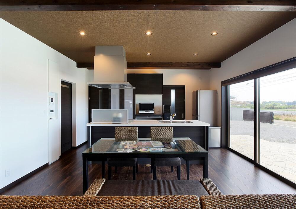 クロスが特徴的なリゾートテイスト平屋のキッチンとダイニング|行方市の注文住宅,ログハウスのような低価格住宅を建てるならエイ・ワン