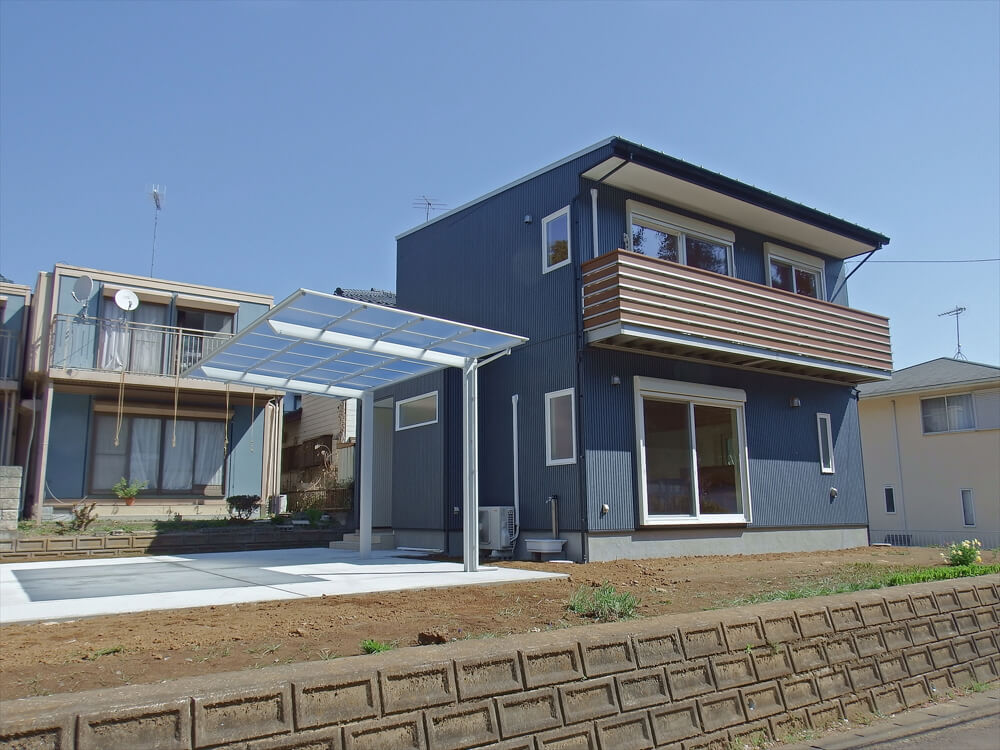 無垢材に囲まれた住宅の外観とカーポート|茨城県石岡市の注文住宅,エイ・ワン