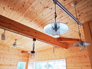 ウッドデッキ付き無垢材のサーファーズハウスの複数の照明|千葉県長生村の注文住宅,ログハウスのような木の家を低価格で建てるならエイ・ワン
