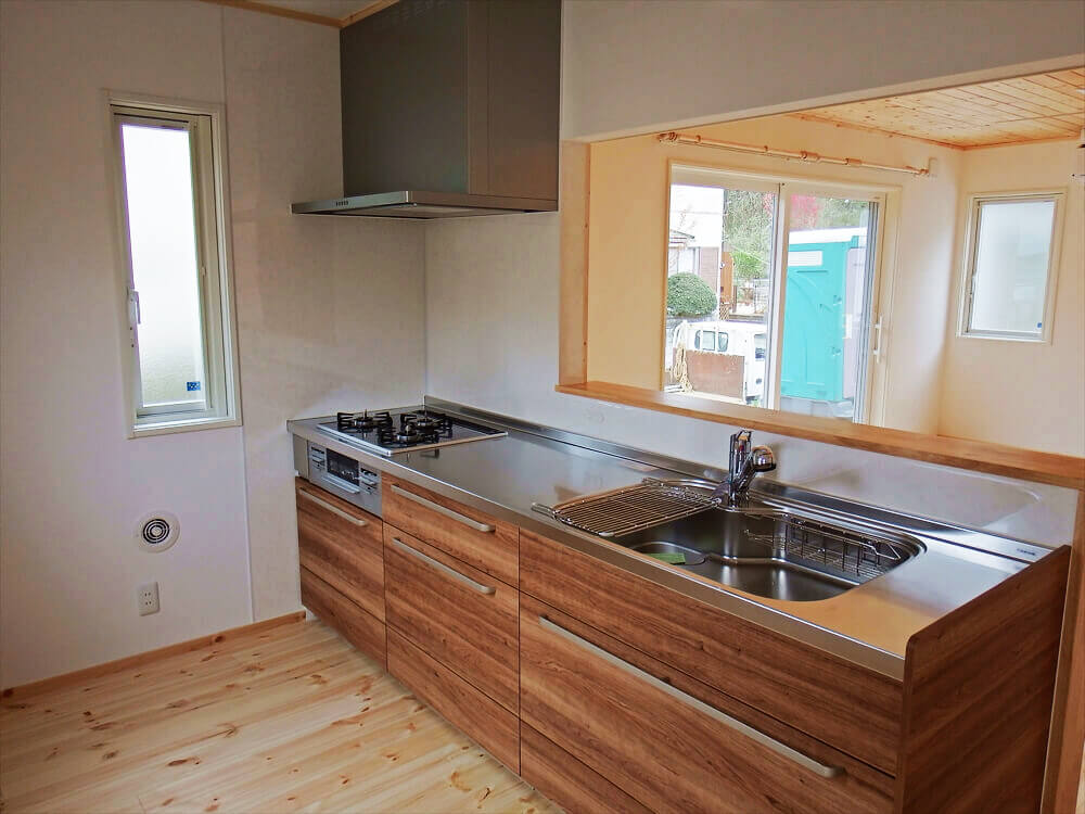 無垢材に囲まれた二階建てのキッチン|石岡市の注文住宅,ログハウスのような木の家を低価格で建てるならエイ・ワン