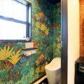 クロスが特徴的なリゾートテイスト平屋のトイレ|行方市の注文住宅,ログハウスのような低価格住宅を建てるならエイ・ワン
