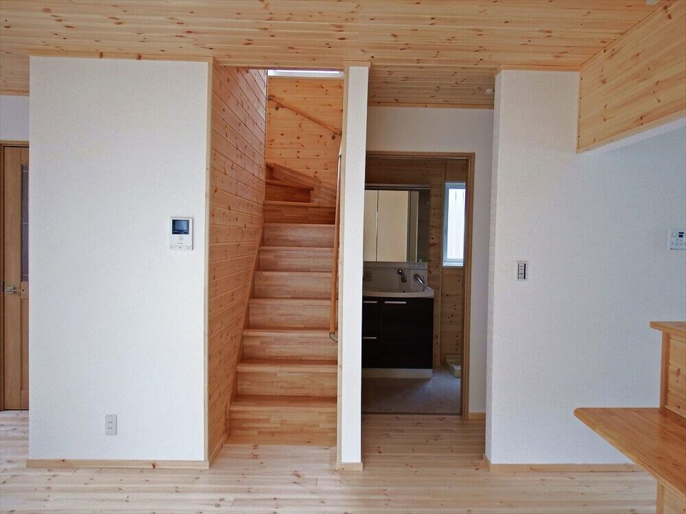 無垢材に囲まれた二階建ての階段と洗面所|石岡市の注文住宅,ログハウスのような木の家を低価格で建てるならエイ・ワン