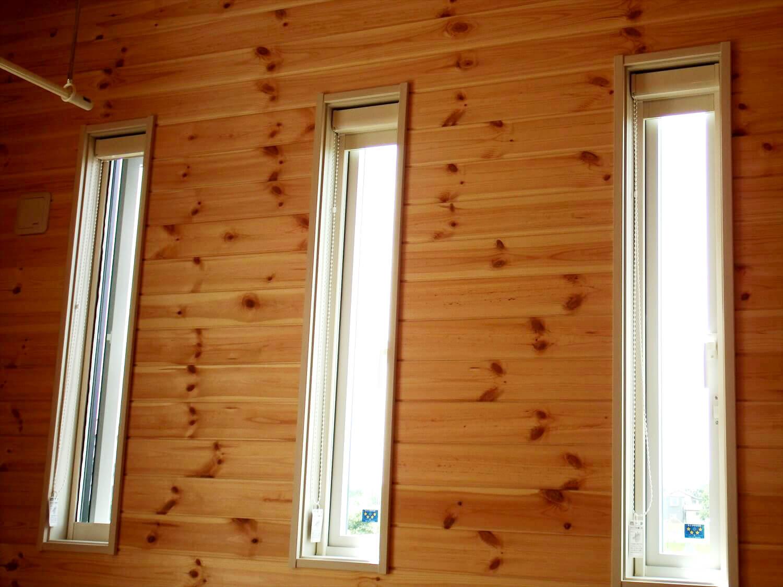 夫婦で暮らす無垢材に囲まれた住宅の縦長の窓|埼玉県鴻巣市の注文住宅,ログハウスのような木の家を低価格で建てるならエイ・ワン
