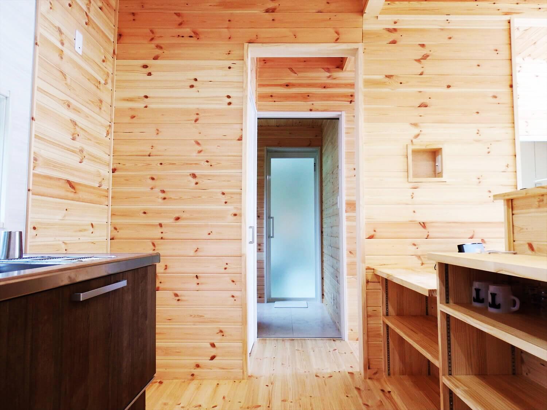 夫婦で暮らす無垢材の平屋の水回り|鴻巣市の注文住宅,ログハウスのような木の家を低価格で建てるならエイ・ワン