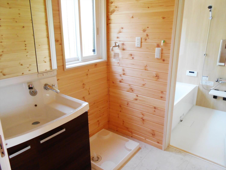 夫婦で暮らす無垢材の平屋の洗面室|鴻巣市の注文住宅,ログハウスのような木の家を低価格で建てるならエイ・ワン