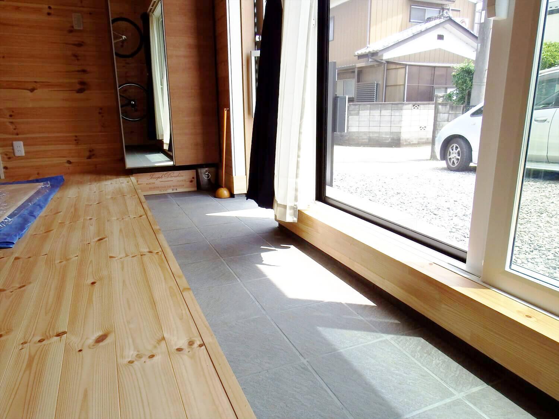 夫婦で暮らす無垢材の平屋の玄関土間|鴻巣市の注文住宅,ログハウスのような木の家を低価格で建てるならエイ・ワン