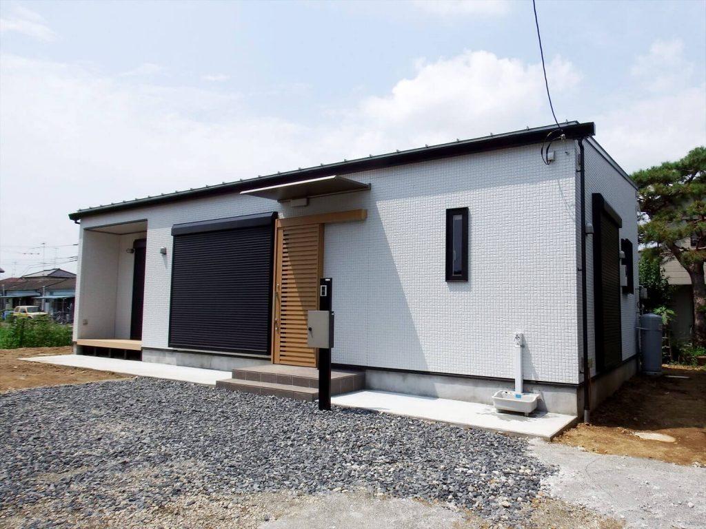 夫婦で暮らす無垢材に囲まれた住宅の東外観|埼玉県鴻巣市の注文住宅,ログハウスのような木の家を低価格で建てるならエイ・ワン