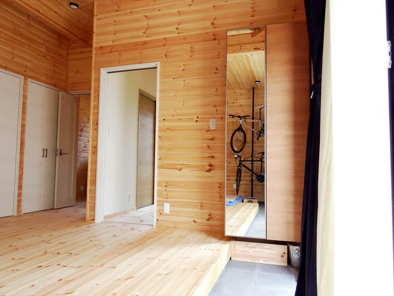 夫婦で暮らす無垢材に囲まれた住宅の玄関の靴箱|埼玉県鴻巣市の注文住宅,ログハウスのような木の家を低価格で建てるならエイ・ワン