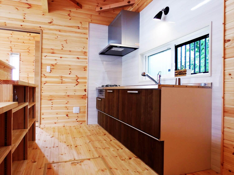 夫婦で暮らす無垢材に囲まれた住宅のキッチン|埼玉県鴻巣市の注文住宅,ログハウスのような木の家を低価格で建てるならエイ・ワン