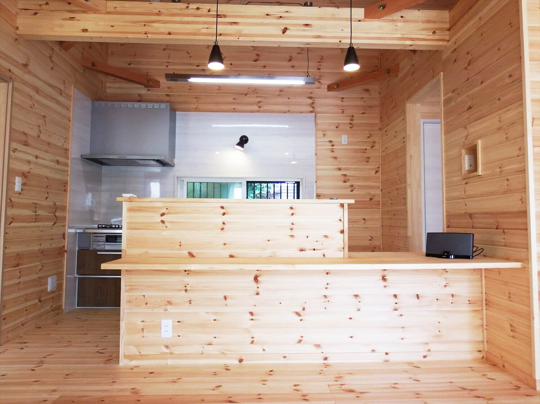 夫婦で暮らす無垢材の平屋のキッチン正面|鴻巣市の注文住宅,ログハウスのような木の家を低価格で建てるならエイ・ワン