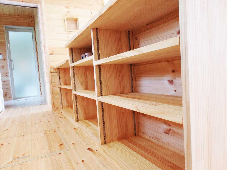 夫婦で暮らす無垢材に囲まれた住宅のキッチン収納|埼玉県鴻巣市の注文住宅,ログハウスのような木の家を低価格で建てるならエイ・ワン