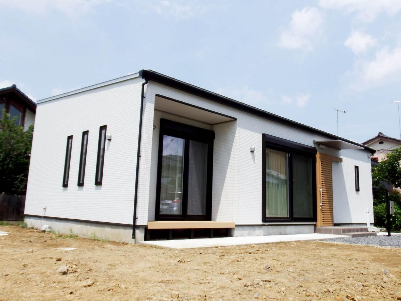 夫婦で暮らす無垢材に囲まれた住宅の西外観|埼玉県鴻巣市の注文住宅,ログハウスのような木の家を低価格で建てるならエイ・ワン