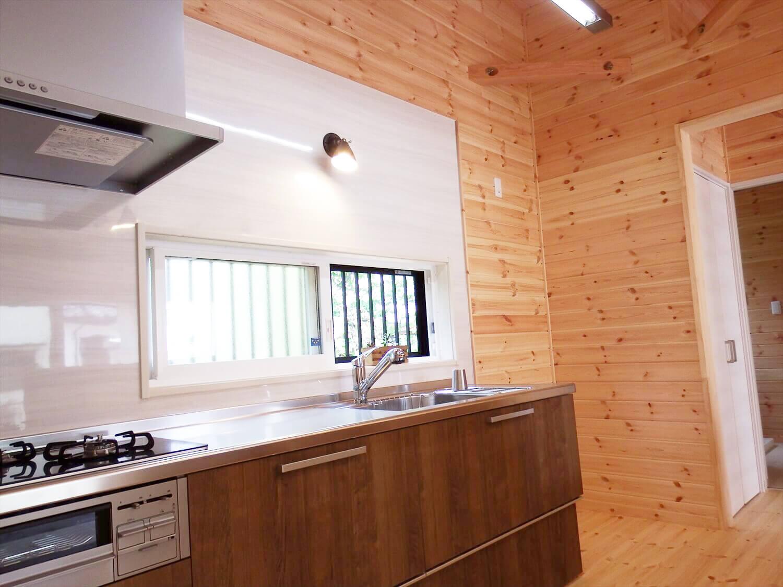 夫婦で暮らす無垢材の平屋のキッチン照明|鴻巣市の注文住宅,ログハウスのような木の家を低価格で建てるならエイ・ワン