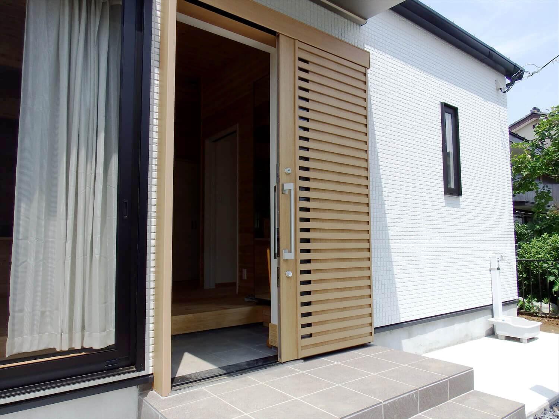 夫婦で暮らす無垢材に囲まれた住宅の玄関開口部|埼玉県鴻巣市の注文住宅,ログハウスのような木の家を低価格で建てるならエイ・ワン