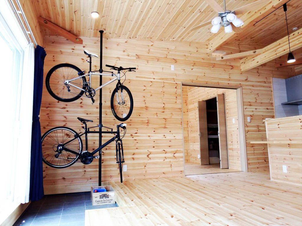 夫婦で暮らす無垢材の平屋の自転車|鴻巣市の注文住宅,ログハウスのような木の家を低価格で建てるならエイ・ワン