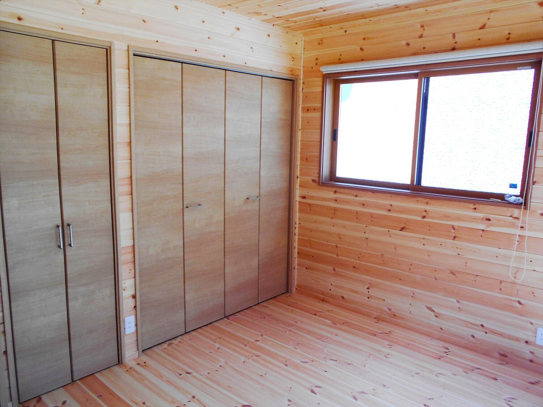 リビングを中心としたオール無垢材の洋室収納|小山市の注文住宅,ログハウスのような木の家を低価格で建てるならエイ・ワン