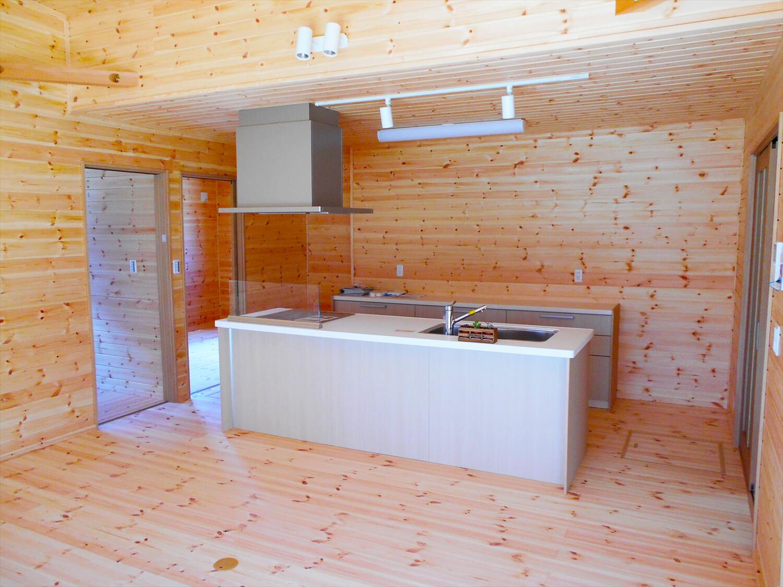 オール無垢材の家の中心にあるリビング|小山市の注文住宅,ログハウスのような木の家を低価格で建てるならエイ・ワン