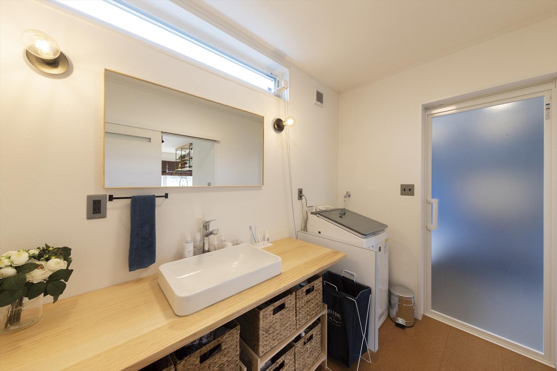 広いリビングとアイランドキッチンが映える平屋の洗面・脱衣室|行方市の注文住宅,ログハウスのような木の家を低価格で建てるならエイ・ワン