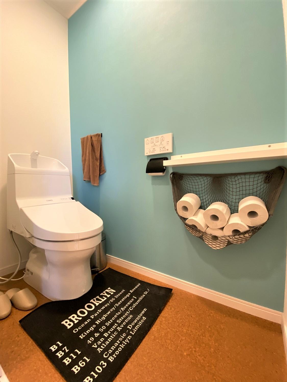広いリビングとアイランドキッチンが映える平屋のトイレ|行方市の注文住宅,ログハウスのような木の家を低価格で建てるならエイ・ワン