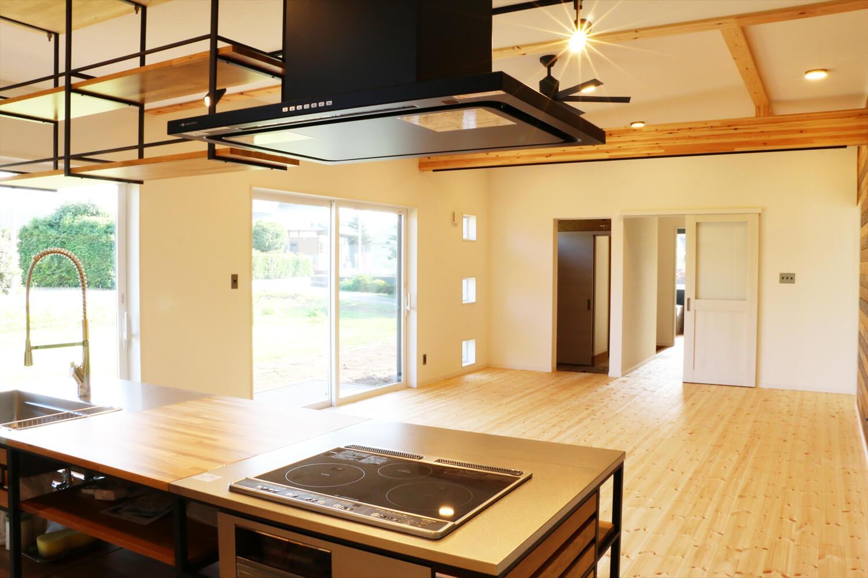 無垢材を使用した広いLDKがある長期優良住宅のキッチンから見たリビング|茨城県行方市の注文住宅,ログハウスのような木の家を低価格で建てるならエイ・ワン
