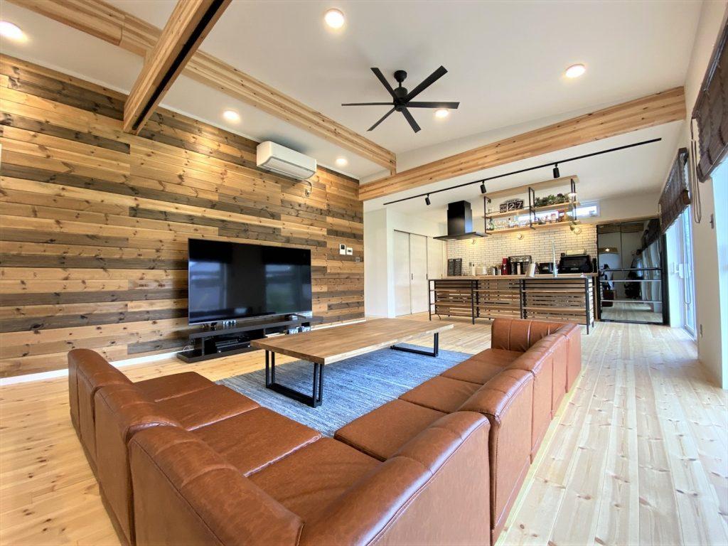 広いリビングとアイランドキッチンが映える平屋のLDK|行方市の注文住宅,ログハウスのような木の家を低価格で建てるならエイ・ワン