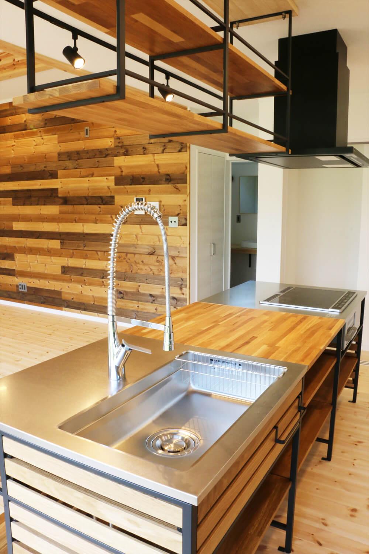 無垢材を使用した広いLDKがある長期優良住宅のキッチン|茨城県行方市の注文住宅,ログハウスのような木の家を低価格で建てるならエイ・ワン