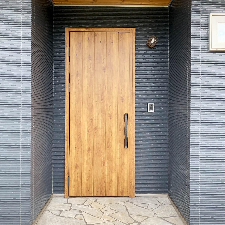 無垢材を使用した広いLDKがある長期優良住宅の玄関ドア|茨城県行方市の注文住宅,エイ・ワン