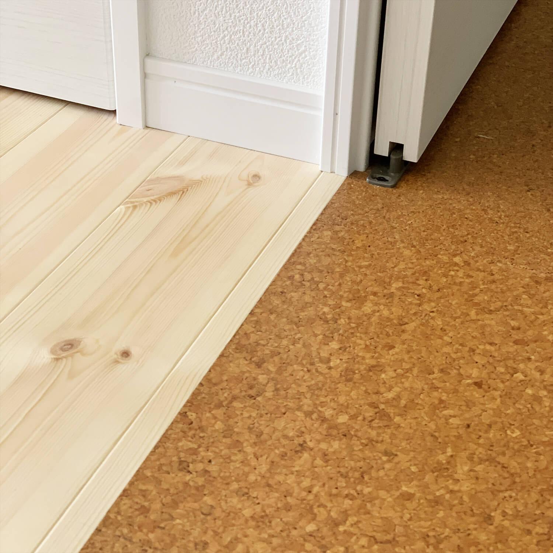 無垢材を使用した広いLDKがある長期優良住宅の無垢とコルクの床材|茨城県行方市の注文住宅,ログハウスのような木の家を低価格で建てるならエイ・ワン