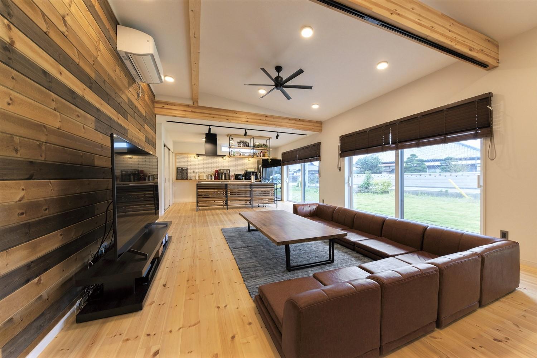 広いリビングとアイランドキッチンが映える平屋の内装|行方市の注文住宅,ログハウスのような木の家を低価格で建てるならエイ・ワン