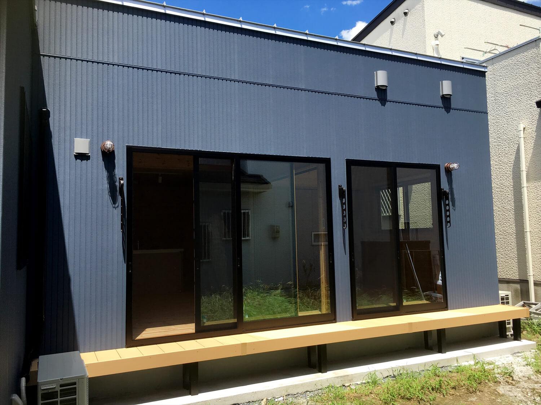 リビングを中心としたオール無垢材の家の外観とウッドデッキ|小山市の注文住宅,ログハウスのような木の家を低価格で建てるならエイ・ワン