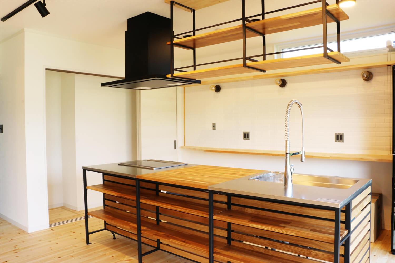 無垢材を使用した広いLDKがある長期優良住宅のキッチン収納|茨城県行方市の注文住宅,ログハウスのような木の家を低価格で建てるならエイ・ワン