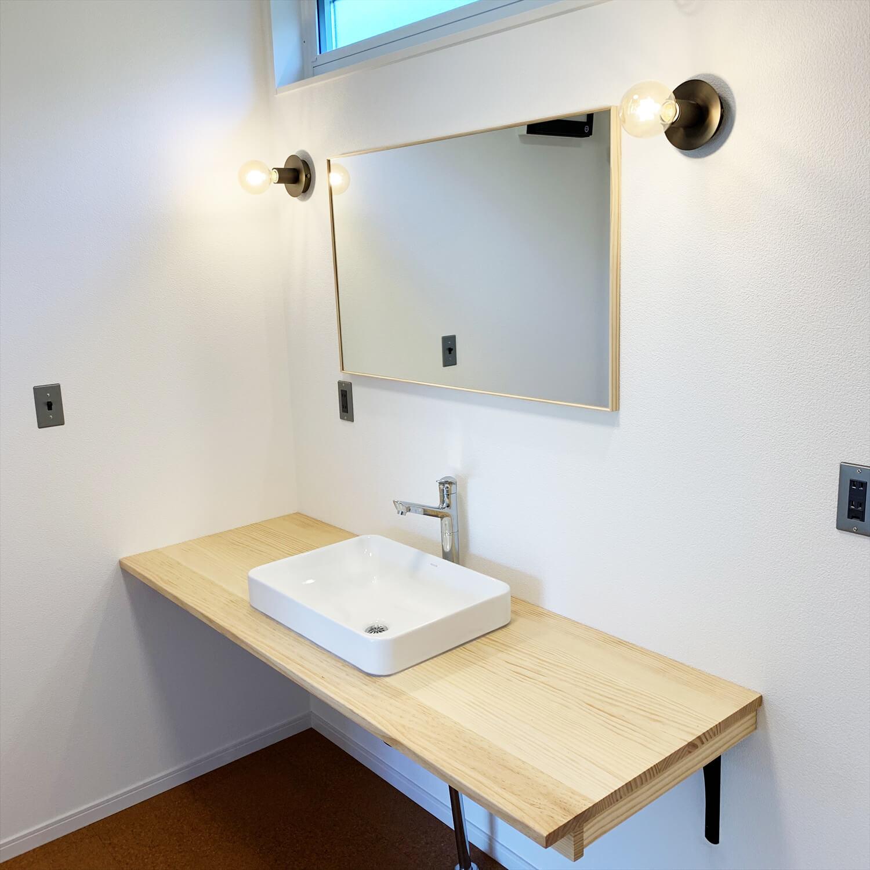 無垢材を使用した広いLDKがある長期優良住宅の洗面室|茨城県行方市の注文住宅,ログハウスのような木の家を低価格で建てるならエイ・ワン