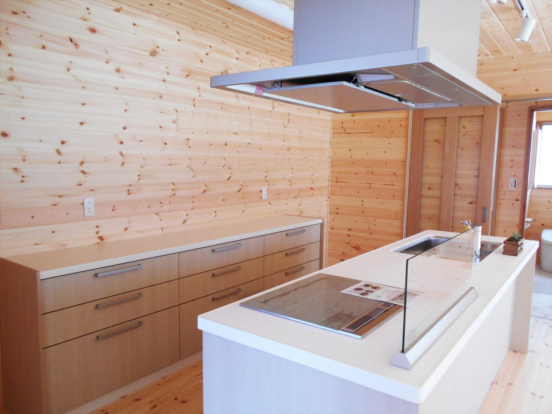 リビングを中心としたオール無垢材の家のアイランドキッチン|小山市の注文住宅,ログハウスのような木の家を低価格で建てるならエイ・ワン