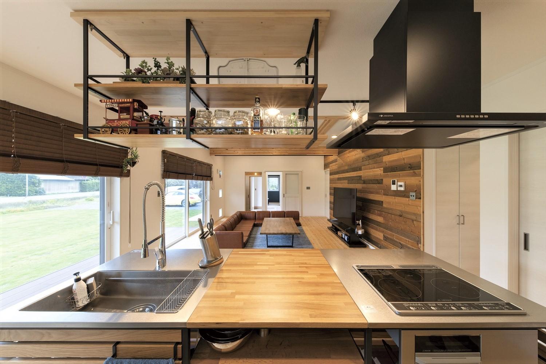 広いリビングとアイランドキッチンが映える平屋のキッチンからの眺め|行方市の注文住宅,ログハウスのような木の家を低価格で建てるならエイ・ワン