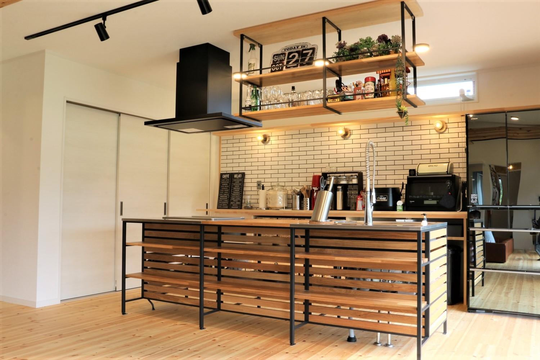 広いリビングとアイランドキッチンが映える平屋のアイアンフレームキッチン|行方市の注文住宅,ログハウスのような木の家を低価格で建てるならエイ・ワン