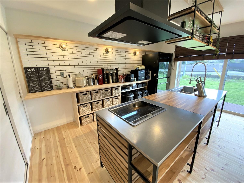 広いリビングとアイランドキッチンが映える平屋のブルックリンスタイル|行方市の注文住宅,ログハウスのような木の家を低価格で建てるならエイ・ワン