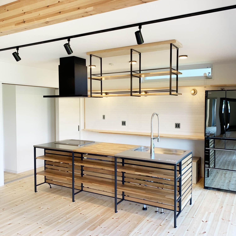 無垢材を使用した広いLDKがある長期優良住宅のアイアンフレームキッチン|茨城県行方市の注文住宅,ログハウスのような木の家を低価格で建てるならエイ・ワン