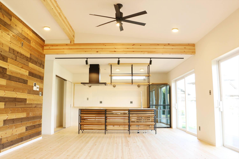 無垢材を使用した広いLDKがある長期優良住宅のリビング|茨城県行方市の注文住宅,ログハウスのような木の家を低価格で建てるならエイ・ワン