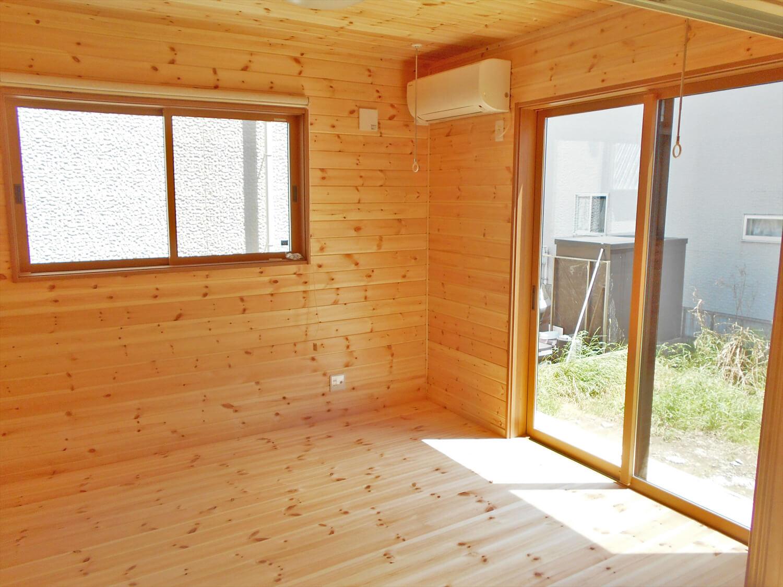 リビングを中心としたオール無垢材の家の洋室|小山市の注文住宅,ログハウスのような木の家を低価格で建てるならエイ・ワン