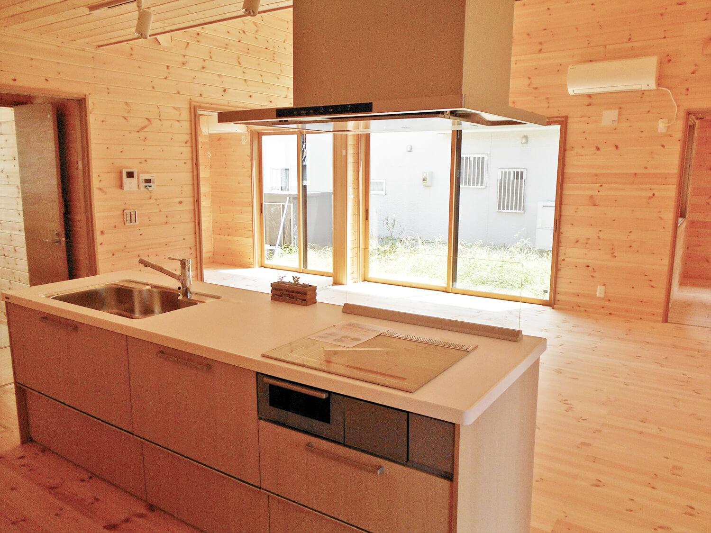 オール無垢材の家のキッチンからみたリビング|小山市の注文住宅,ログハウスのような木の家を低価格で建てるならエイ・ワン