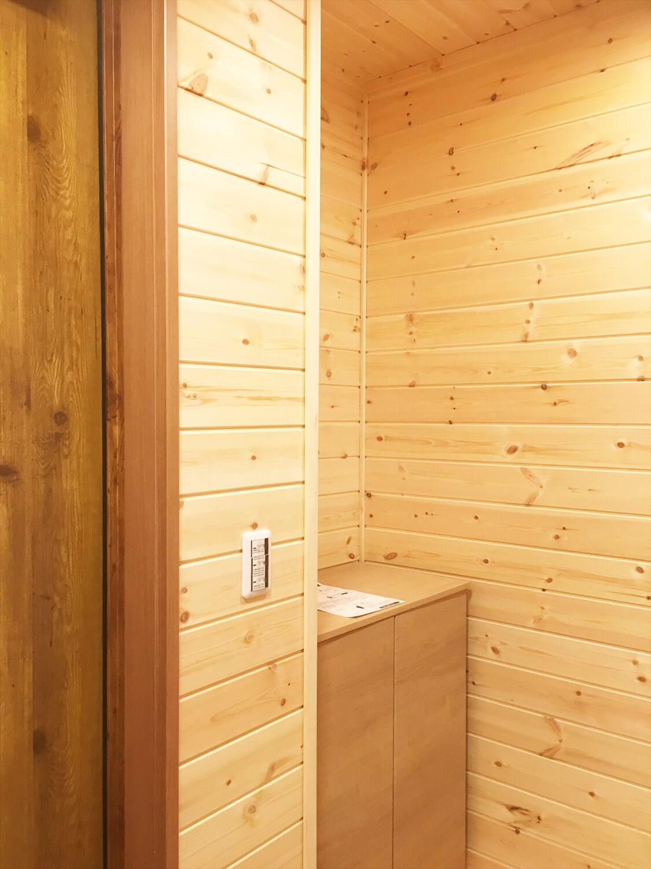 リビングを中心としたオール無垢材の家の玄関収納|小山市の注文住宅,ログハウスのような木の家を低価格で建てるならエイ・ワン