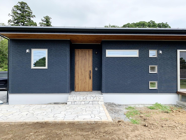 無垢材を使用した広いLDKがある長期優良住宅の玄関ポーチ|茨城県行方市の注文住宅,エイ・ワン