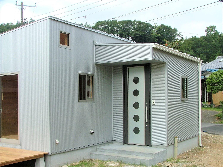 ウッドデッキ付き平屋の玄関|伊豆市の注文住宅,ログハウスのような低価格住宅を建てるならエイ・ワン