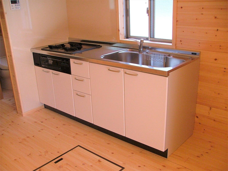 ウッドデッキ付き平屋のキッチン|伊豆市の注文住宅,ログハウスのような低価格住宅を建てるならエイ・ワン