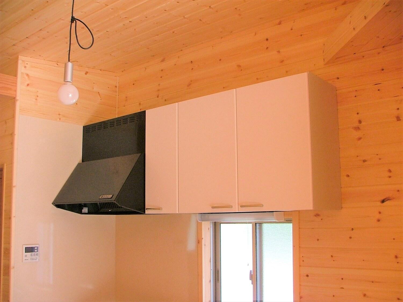 ウッドデッキ付き平屋のキッチン収納|伊豆市の注文住宅,ログハウスのような低価格住宅を建てるならエイ・ワン