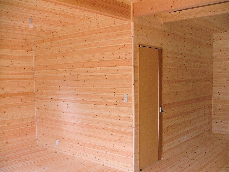 ウッドデッキ付き平屋の内装|伊豆市の注文住宅,ログハウスのような低価格住宅を建てるならエイ・ワン