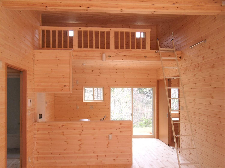 ロフトとウッドデッキのある平屋のLDK|西尾市の注文住宅,ログハウスのような低価格住宅を建てるならエイ・ワン
