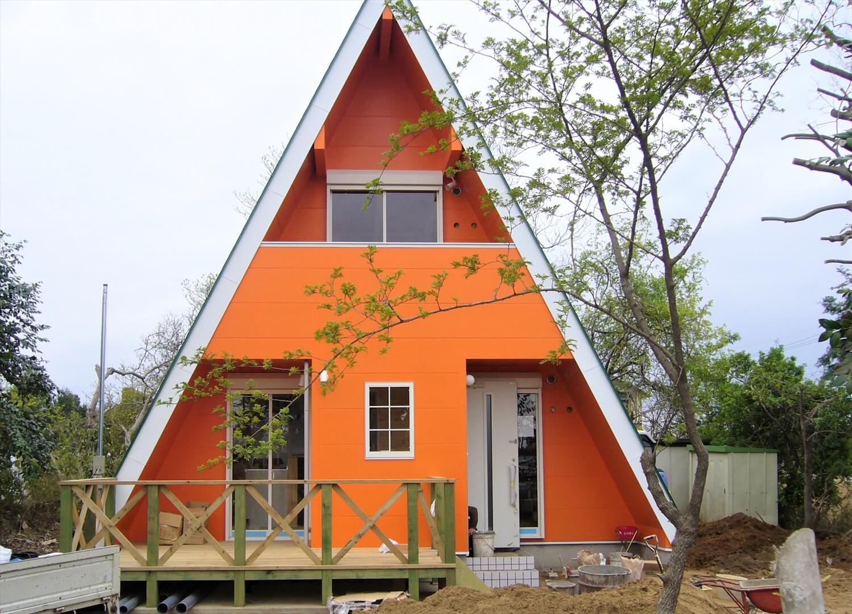 三角形のユニークな二階建ての外観正面|成田市の注文住宅,ログハウスのような低価格住宅を建てるならエイ・ワン