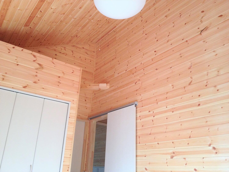 薪ストーブのある二階建ての内装|勝浦市の注文住宅,ログハウスのような低価格住宅を建てるならエイ・ワン